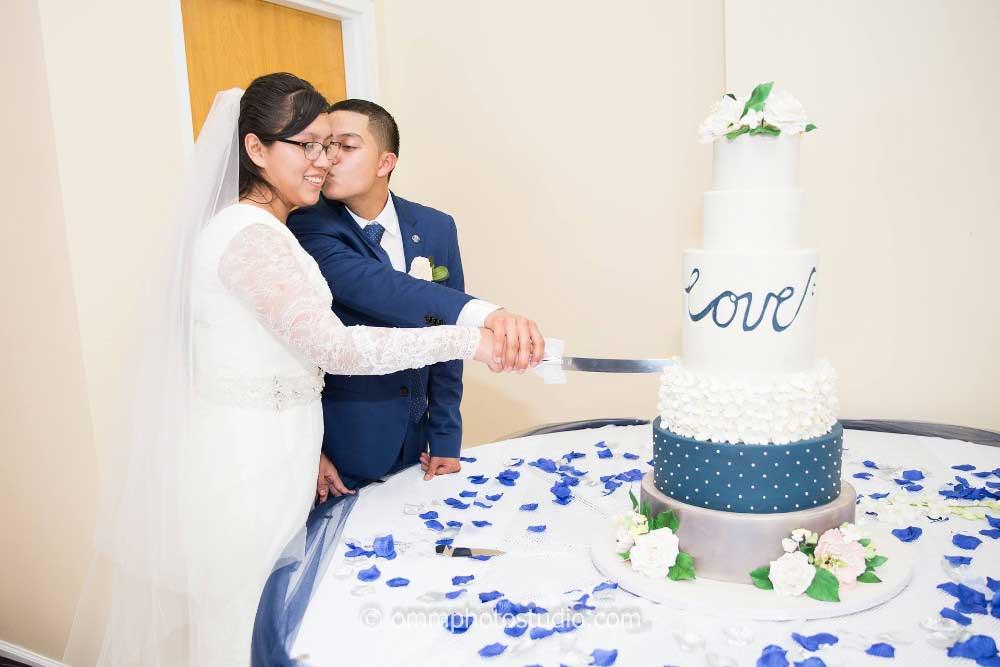 mmt-couple-slicing-blue-white--cake